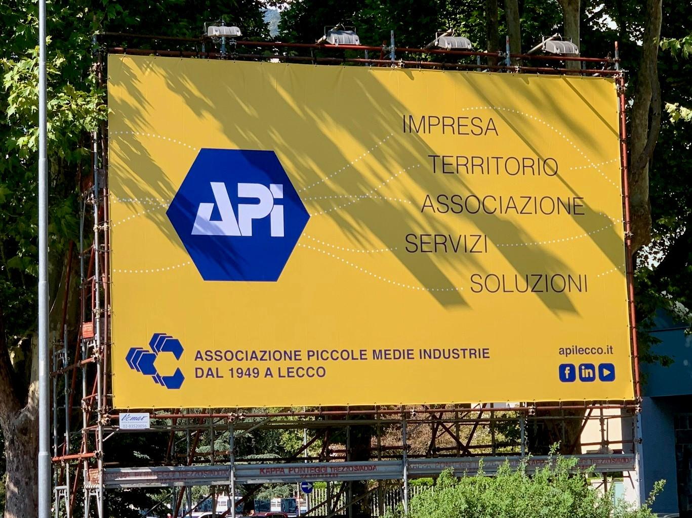 Manifesto Api su viale della Costituzione a Lecco